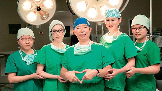 關皚麗(圖中),台灣第一位女性腦神經外科醫師,幫超過6千位病人做腦瘤及脊椎手術(...