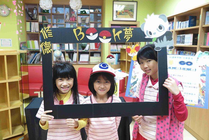 學生享受閱讀的樂趣。圖片提供/修德國小