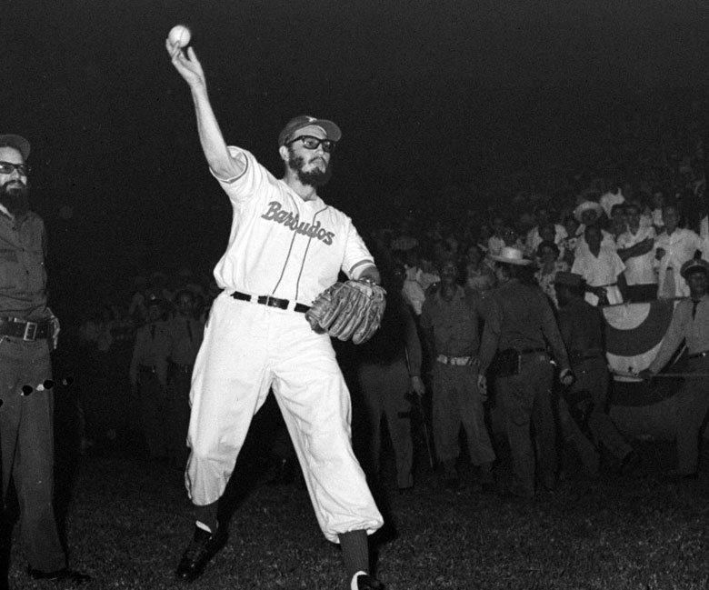 卡斯楚為球賽開球前暖身。攝於1959年。 圖/美聯社