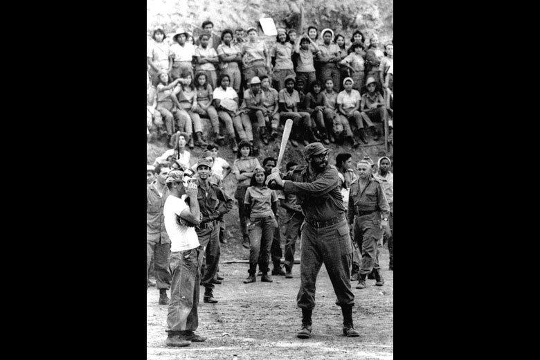 古巴領導人卡斯楚上場打擊。攝於1962年。 圖/美聯社