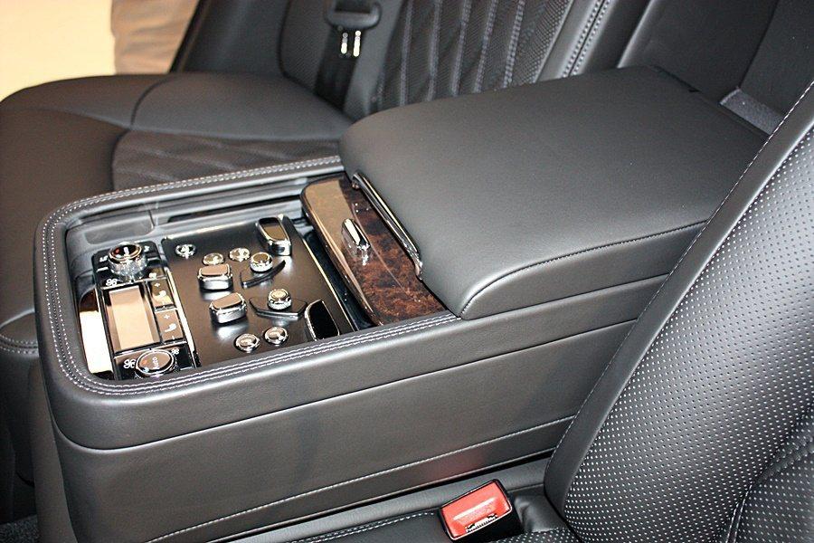後座中央鞍座的控制按鍵,可調整座椅、副駕駛座椅、電動腳靠、空調等。 記者林和謙/...
