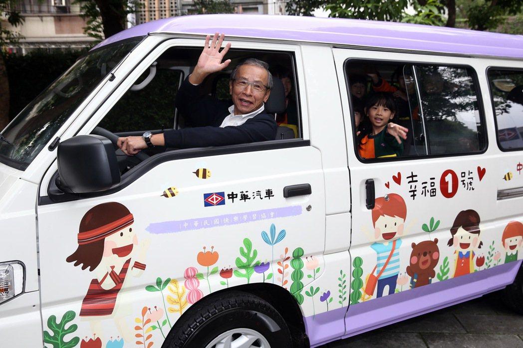 吳念真載中華汽車幼兒園小朋友一起試乘幸福一號。 記者曾吉松/攝影