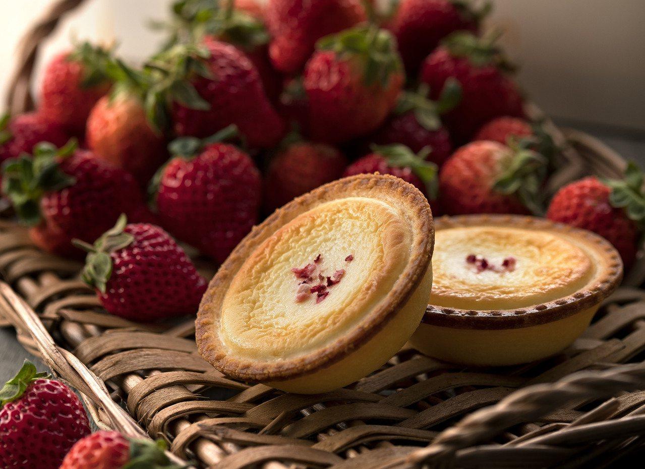 配合快閃店搶先推出限定版「草莓起士塔」,透過獨家口味、限量限時等誘因吸引買氣,果...