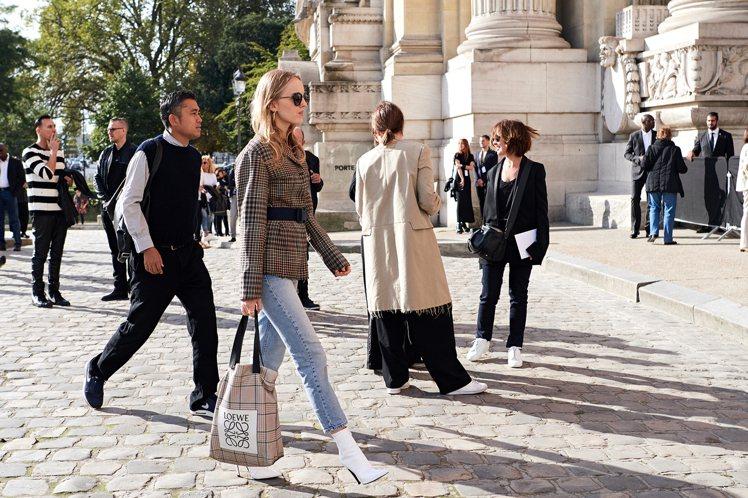 知名雜誌編輯Laura Stoloff則是選用配有腰帶的格紋外套搭牛仔褲,再用極...