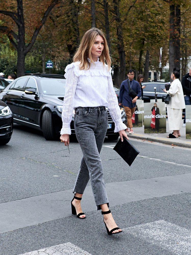 鏤空荷葉邊上衣配一字帶高跟鞋,讓牛仔褲看來不再只有休閒味,而是充滿優雅魅惑格調的...