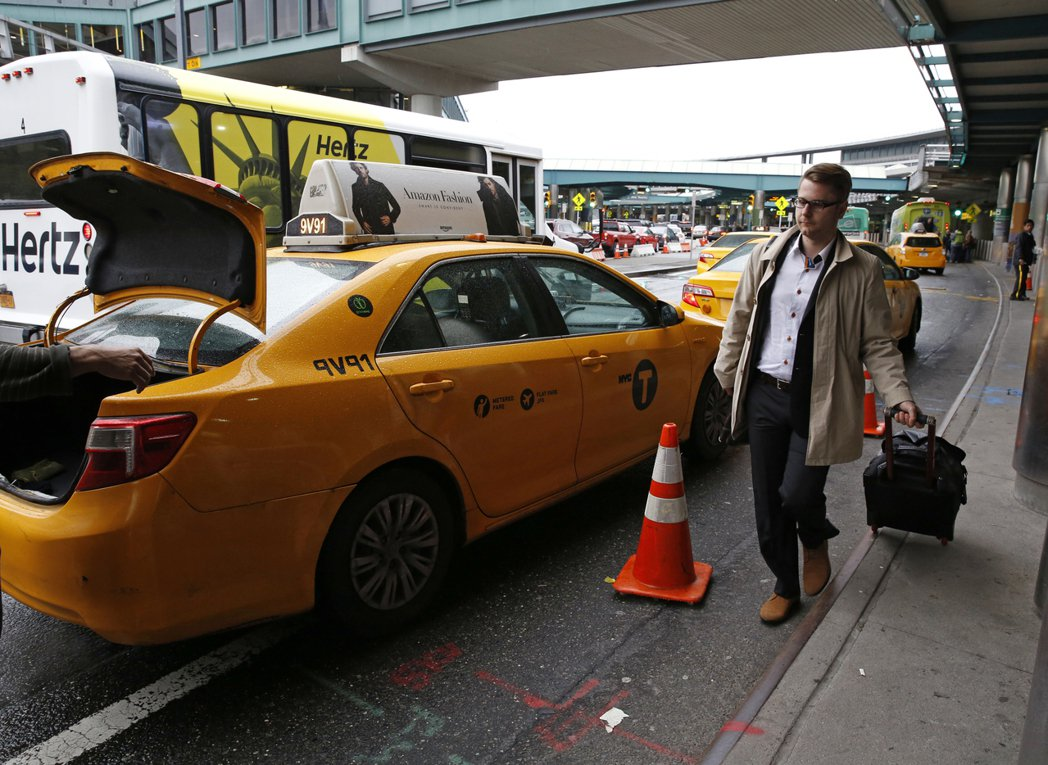 司機抱怨,客人臨時更改接機時間,要他分毫不差地在5點半現身機場,事後還被公司要求...