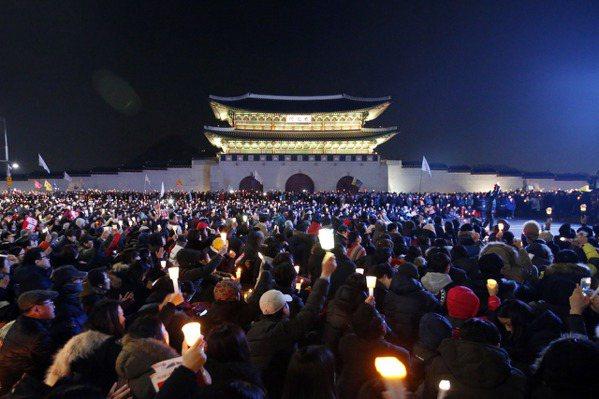 南韓第6次燭光集會 民眾聚青瓦台要求逮捕朴槿惠