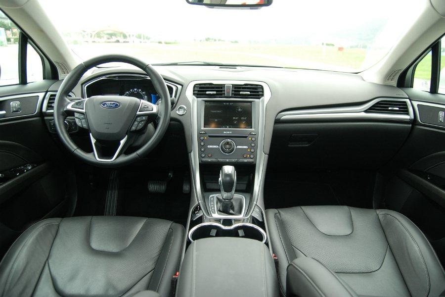 圖為 Mondeo Hybrid 車室內裝。  記者林鼎智/攝影
