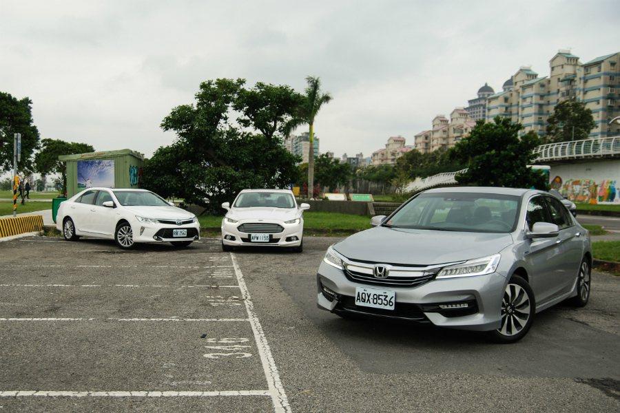 Toyota Camry Hybrid(左起)、Ford Mondeo Hybrid及Honda Accord Hybrid。 記者林鼎智/攝影