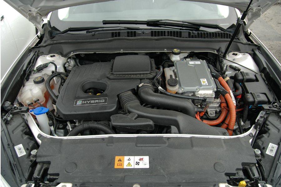 Mondeo Hybrid 以一具 2.0 升汽油引擎(140 匹/17.6)搭配 118 匹的交流式永磁同步馬達(採鋰離子電池模組),綜效馬力可達 190 匹。圖為 Ford Mondeo Hybrid 引擎室。 記者林鼎智/攝影