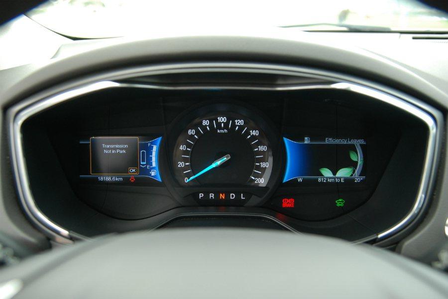 Mondeo Hybrid 儀表板採用雙液晶智慧節能輔助多工儀錶板,可透過右側螢幕的「綠能葉」濃密圖案顯示車主駕駛習慣是否節能。圖為 Mondeo Hybrid 儀表板。 記者林鼎智/攝影