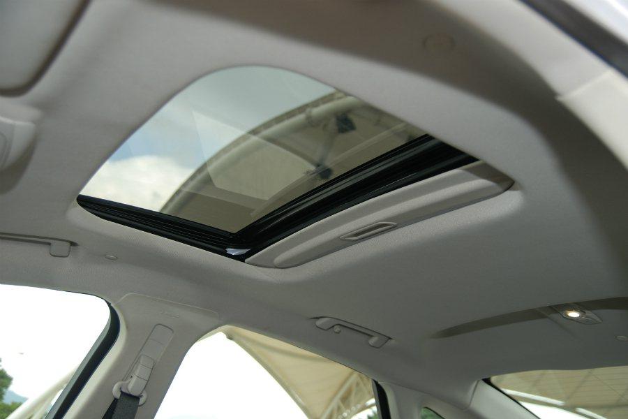 Mondeo Hybrid 是該車系中唯一具有電動天窗的車型,TDCI 柴油與 Ecoboost 汽油車型皆無此配備。 記者林鼎智/攝影