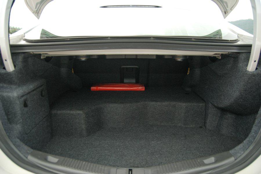 Mondeo Hybrid 後車廂空間因鋰離子電池模組受到壓縮,但後座中央設有雪橇口,可放置長型物品。 記者林鼎智/攝影