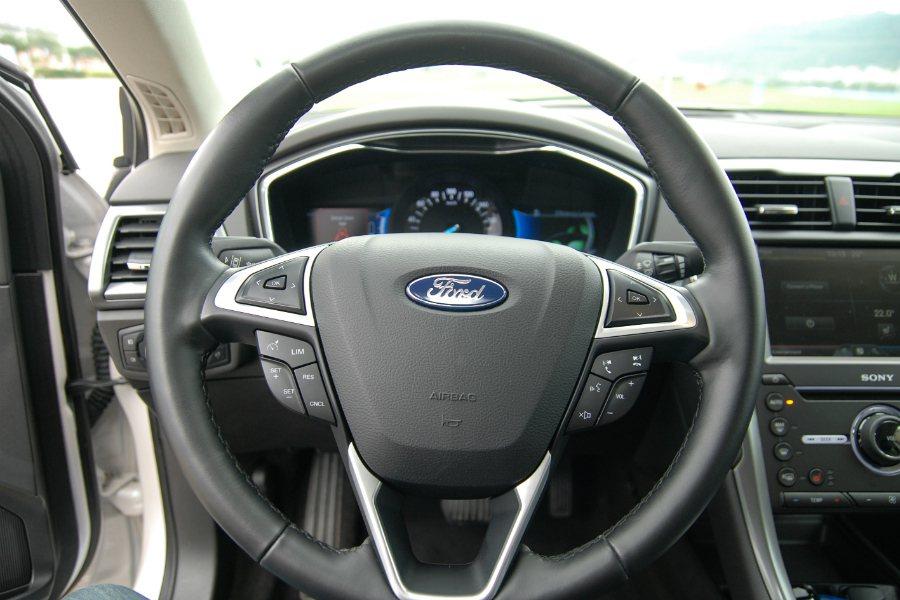 Mondeo 全車系標配標配三幅皮質方向盤,並可設定行車資訊/定速//聲控/音響。 TDCI 與 Ecoboost 車型更配備方向盤換檔撥片。 記者林鼎智/攝影
