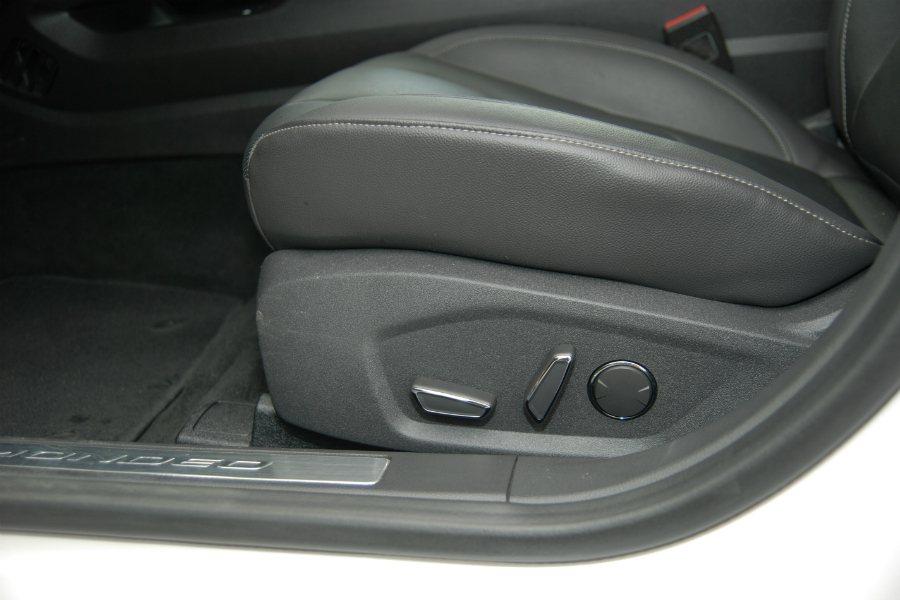 Mondeo 全車系標配雙前座十向電調座椅,駕駛座附具加熱、3 組記憶、迎賓功能;副駕座附加熱功能。 記者林鼎智/攝影