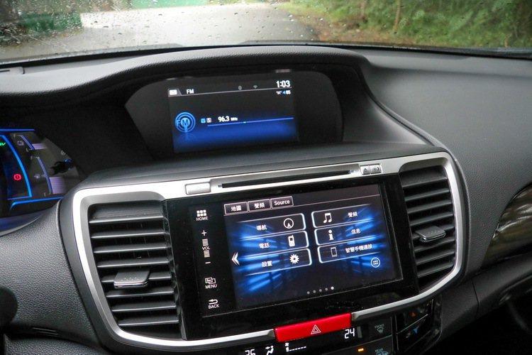 Accord Hybrid配備雙螢幕,上方為i-MID 8吋多功能資訊系統,下方為7.7吋觸控導航主機。 記者史榮恩/攝影