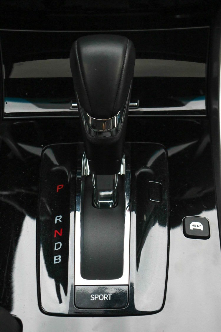 Accord Hybrid可透過SPORT鍵強化性能,也有EV鍵可純電行駛。 記者史榮恩/攝影