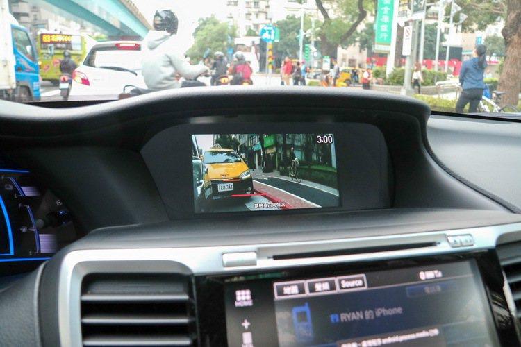 Accord Hybrid的LaneWatch盲點監視系統在打右方向燈後立即顯示。 記者史榮恩/攝影