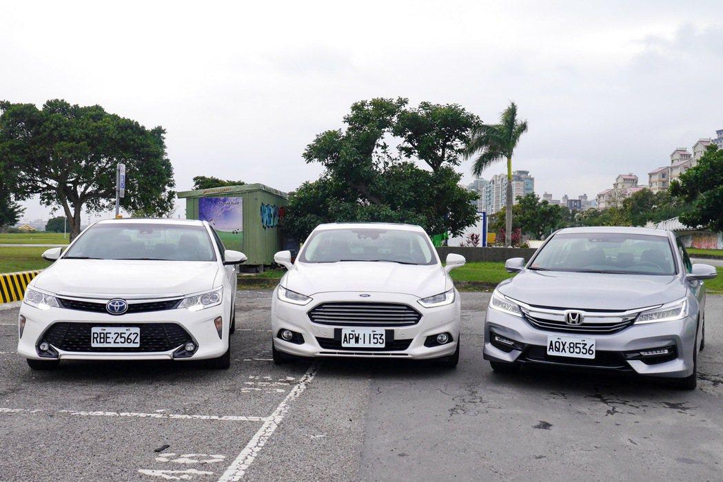 Toyota Camry Hybrid(左起)、Ford Mondeo Hybrid及Honda Accord Hybrid。 記者陳威任/攝影