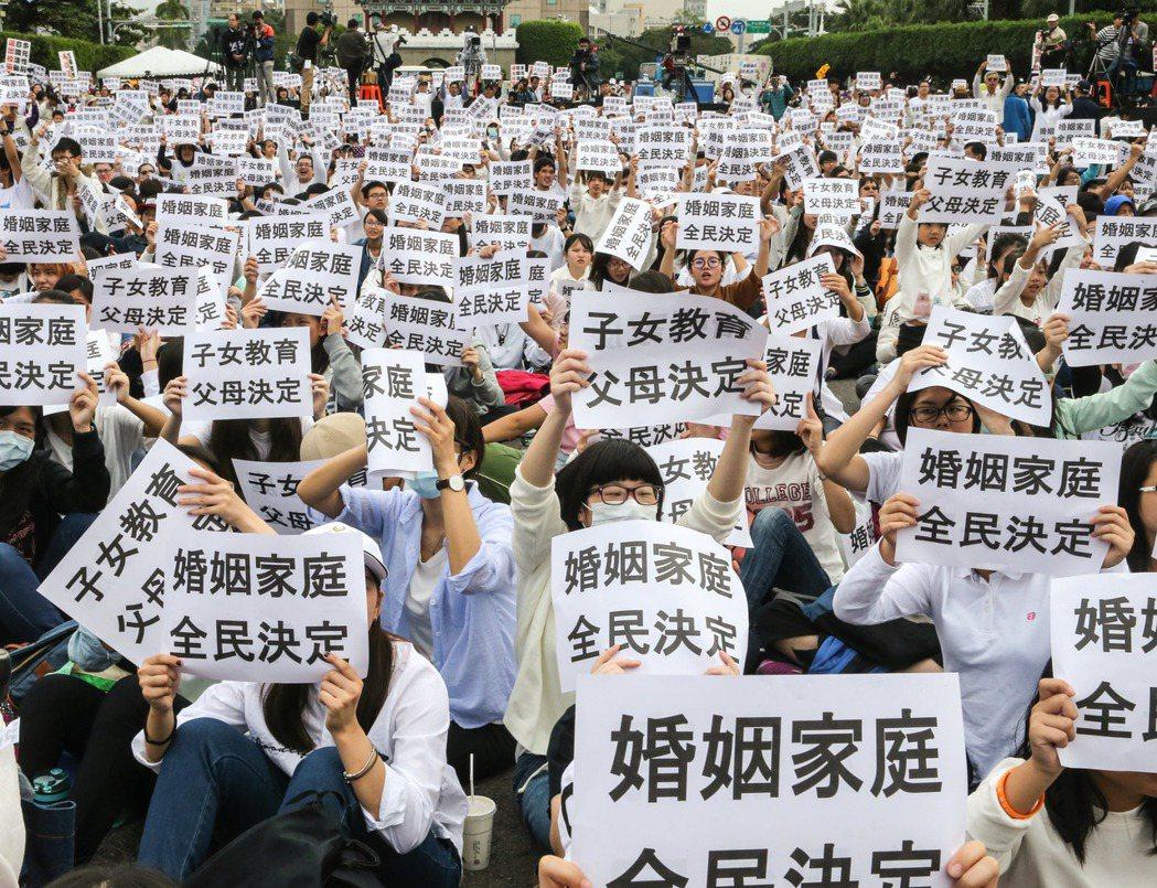 民眾身穿白衣走上凱道抗議。聯合報記者鄭清元/攝影