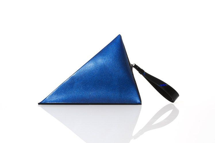 光影手拿包,售價18,300元。圖/ISSEY MIYAKE提供