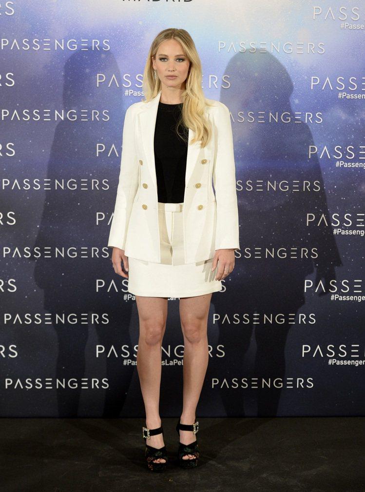 珍妮佛勞倫斯以白色3.1 Phillip Lim套裝上電視,符合她的特質。圖/取...