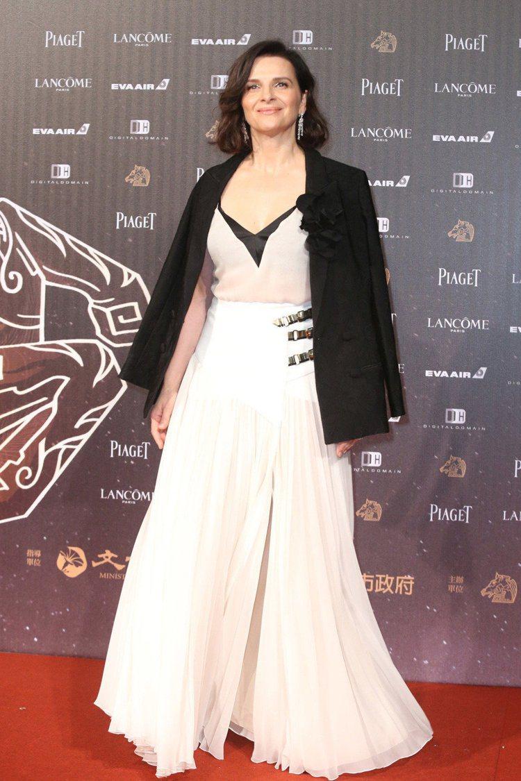 茱麗葉畢諾許在金馬紅毯搭襯西裝外套,有法式穿搭的隨性優雅。記者王騰毅/攝影