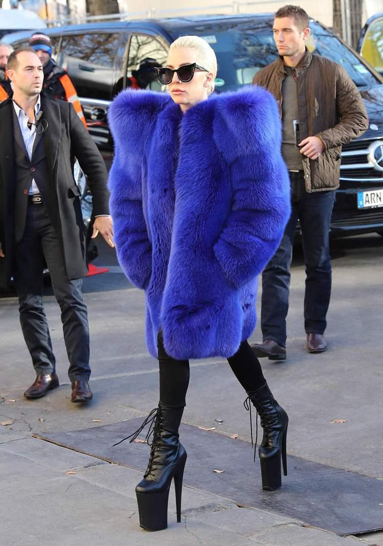 Lady Gaga完全撐得起這件狂野的Yves Saint Laurent 20...