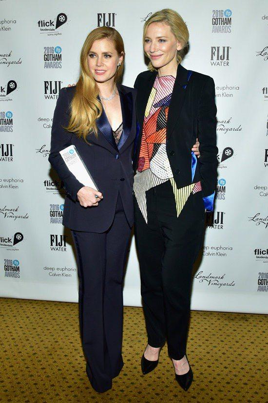 凱特布蘭琪和艾美亞當斯都以西裝剪裁展現帥氣摩登。圖/取自tomandlorenz...