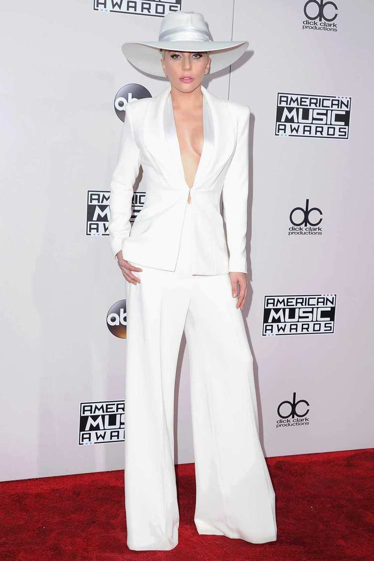 Lady Gaga穿Brandon Maxwell白色褲裝左右露半球,帥氣性感。...
