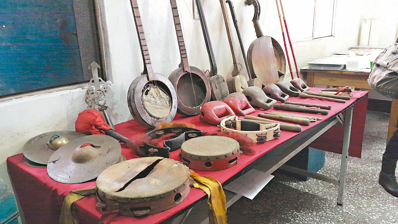 羅東鎮仁和社區新蘭社保有過去北管社團表演時的戲曲文物。 記者廖雅欣/攝影