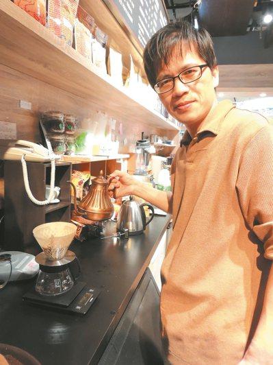 黃瑞志棄電子業高薪,轉身投入咖啡產業,各大醫院邀請他演講健康喝咖啡。 記者邱榆蕙...