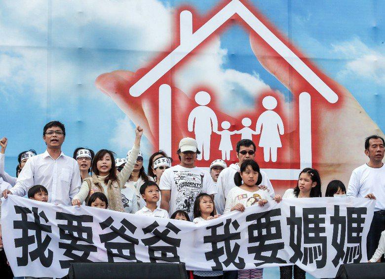 下一代幸福聯盟在12月3日號召百萬家庭站出來,主張婚姻家庭,全民決定,並呼籲一夫一妻,爸爸媽媽才是傳統家庭價值。 攝影/記者鄭清元