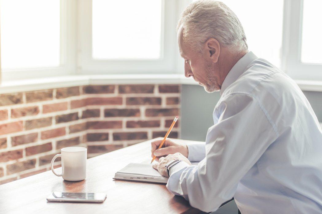隨著平均壽命延長,沒有工作的老人成為社會負擔,鼓勵老人工作(有薪或志工),讓老人...