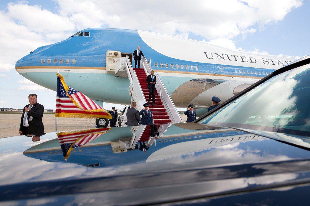 川普再度放砲,指歐巴馬政府留下來的新空軍一號預算計劃「太貴了!」 圖/白宮