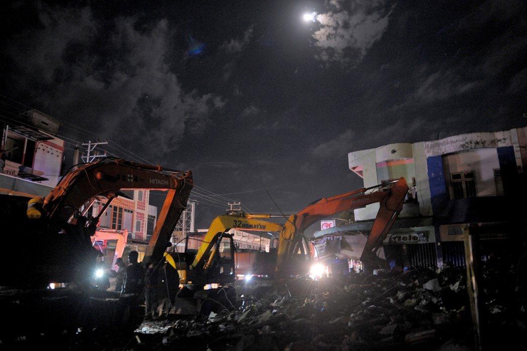 印尼亞齊震災,與時間賽跑的搶救行動。 圖/法新社