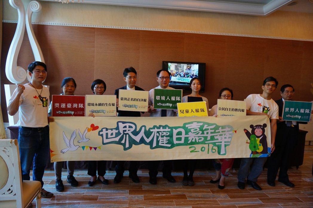 台中公民團體發起「世界人權日」遊行,爭取環境、教育與世界的人權價值。記者洪敬浤/...