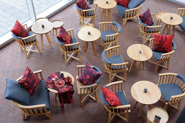台南老爺行旅大廳也被 Marimekko大花點綴出繽紛的意象。圖/Marimek...