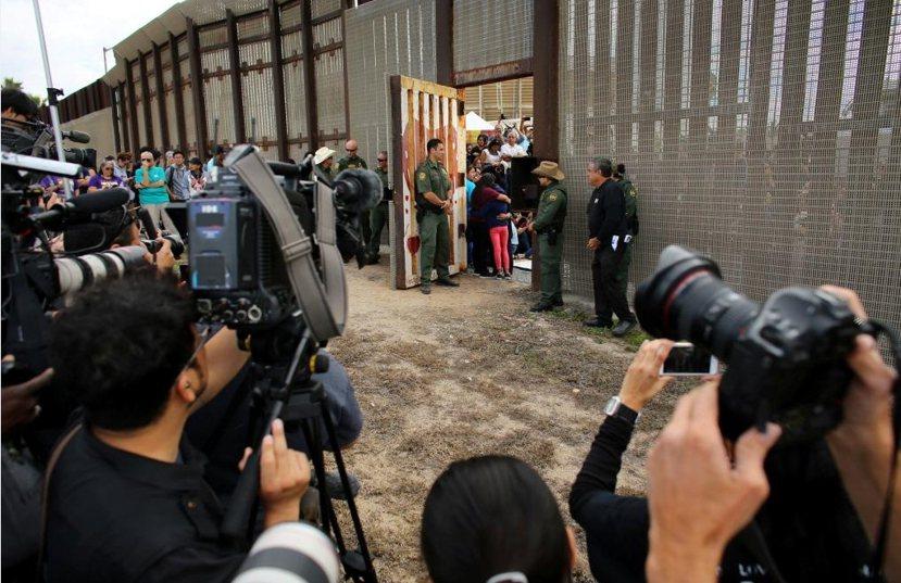 回應川普在11月08日的勝選,聖地牙哥非營利組織「邊境天使」(Border An...