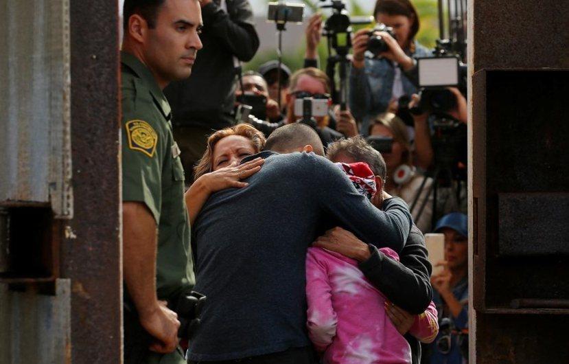 川普某方面其實是延續歐巴馬的遣返政策。不過後者對於沒有犯罪紀錄的非法移民,則是相...