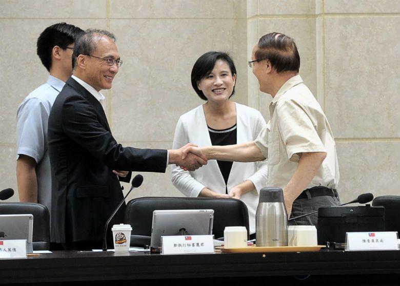對應新政府上台後宣佈的跨部會「行政院文化會報」,若無法跨部會、跨地域的部署,「台灣品牌」只是派錢了事,文化終究只是文案而已。 圖/行政院提供