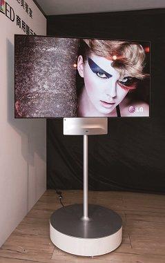 超纖薄雙面OLED商用顯示器,呈現完美畫質,讓藝術演釋於於眾人之前。