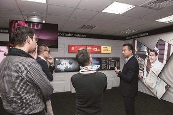 康彥騰經理帶領著講談人參觀台灣LG展示中心。