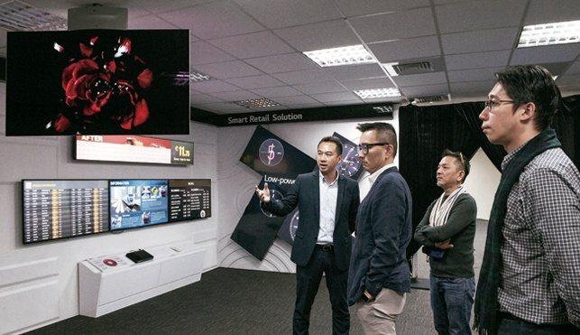 雙面LG OLED商用顯示器,多功能的雙面螢幕可以同時顯示相同或不同的影像內容,...