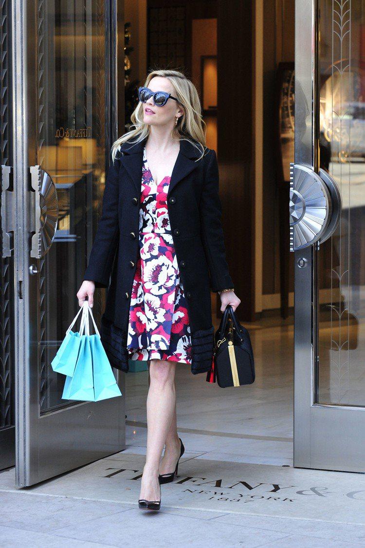 瑞絲薇斯朋現身Tiffany & Co.比佛利專門店添購耶誕禮品。圖/Tiffa...