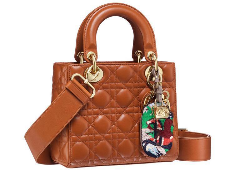 Lady Dior Small焦糖色藤格紋與貓頭鷹刺繡吊飾提包,13萬元。圖/D...