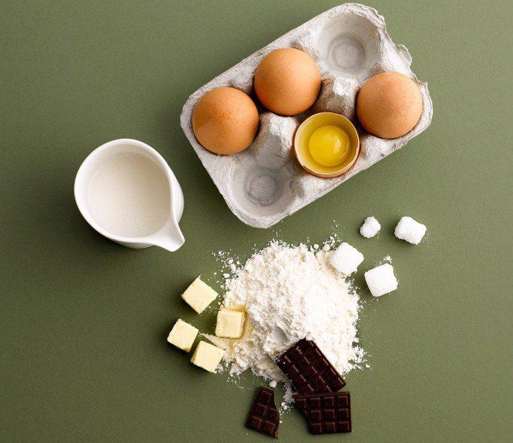 慶祝RAW滿兩周年,菜單甜點推出DIY CAKE,將所有蛋糕原料混合就能品嘗。圖...