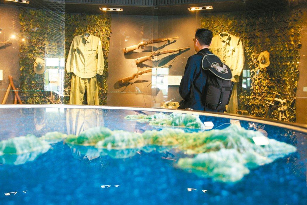 牆壁上的軍槍與軍裝,見證了馬祖的戰地歷史。 記者陳睿中/攝影
