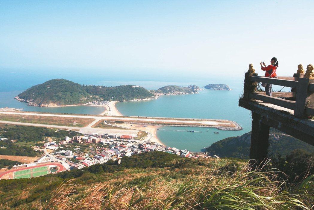 從壁山瞭望台上欣賞塘后沙灘,可看見類似天橋立的沙洲美景。 記者陳睿中/攝影