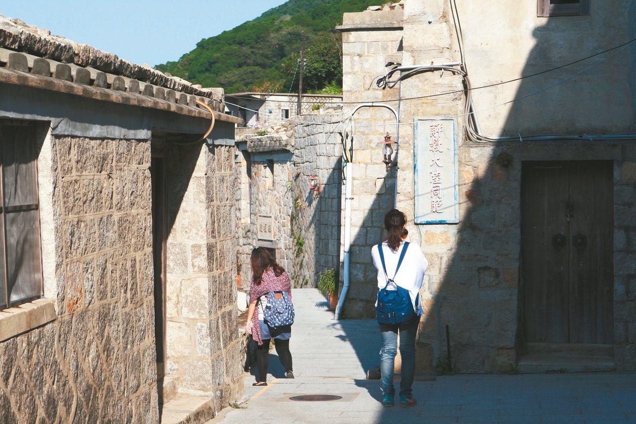 石牆上仍然可見「解救大陸同胞」等戰時標語。 記者陳睿中/攝影